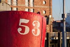 Designer Tapete mit roter Tonne und Ziffer – Tonne 53