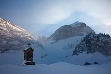 Fototapete mit Bergmotiv - Im Schatten der Berge
