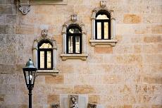 Drei Fenster und eine Laterne