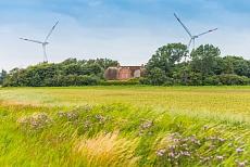 Bauernhaus mit Windrädern in Wiedingharde-Emmelsbuell