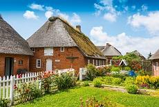 Häuserzeile auf einer Hallig in Schleswig-Holstein