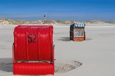 Roter Strandkorb am Kniepsand auf Amrum