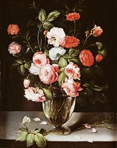 Rosen und Nelken in einer Glasvase auf einem Sims