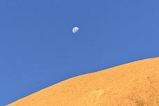 Mond über dem Granitfelsen