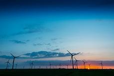 Windräder in Nordfriesland bei Abendsonne
