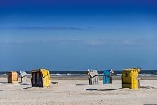 Bunte Strandkörbe am Kniebsand auf Amrum