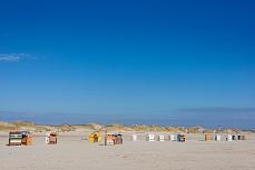 Strandkörbe, bunte Punkte am Strand auf Amrum