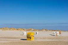 Gelbe und weiße Strandkörbe am Kniepsand auf Amrum