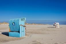 Blaue und weiße Strandkörbe am Strand auf Amrum