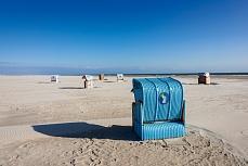 Blauer Strandkorb in der letzten Reihe auf Amrum