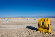 Gelber Strandkorb am Kniepsand auf Amrum