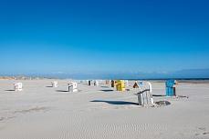 Gelbe, blaue, weiße Strandkörbe auf Amrum