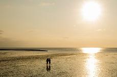 Paar im Sonnenuntergang am Holmer Siel auf Nordstrand