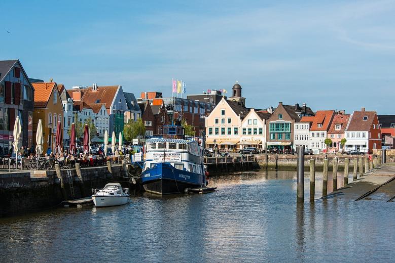 Farbenfroher Blick von der Festlandküste Husum in Schleswig-Holstein