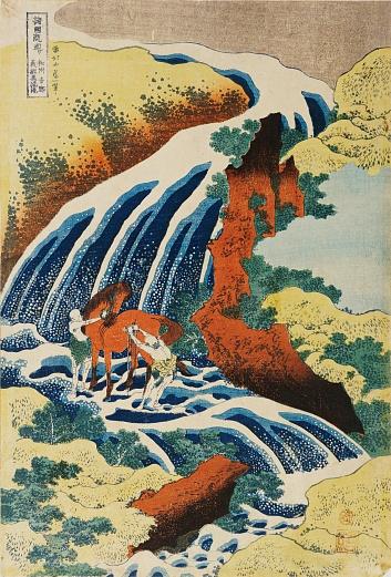 Zwei Männer waschen ein Pferd an einem Wasserfall