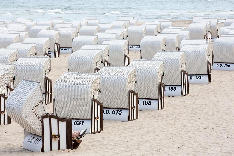 Aufgereihte Strandkörbe