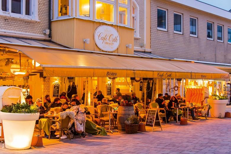 Sylt Westerland - stimmungsvoll beleuchtetes Cafe in der Friedrichstrasse