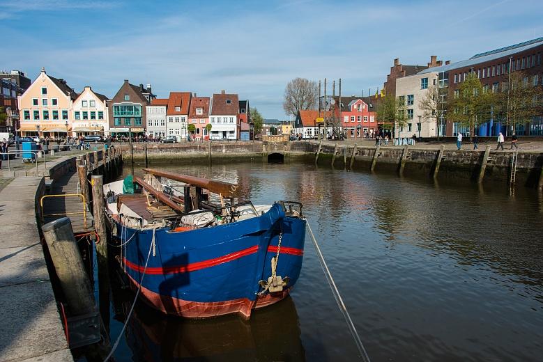 Nordfriesische Festlandküste mit Boot in blau